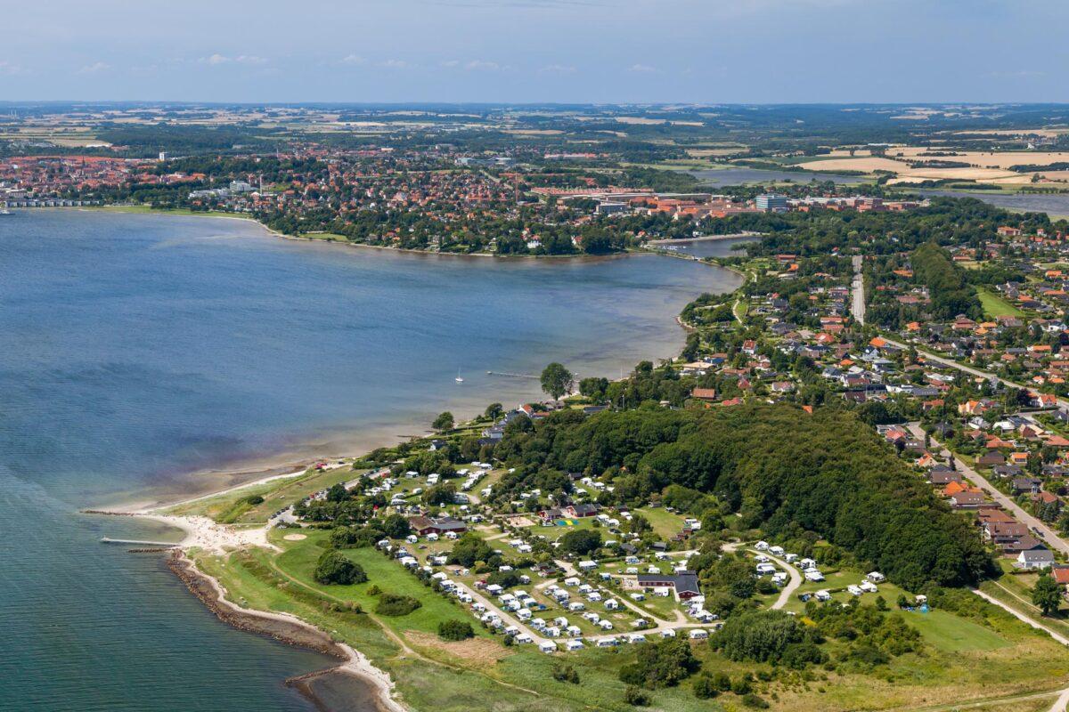 Luftfotografi som viser en campingplads flotte beliggenhed ved vandet