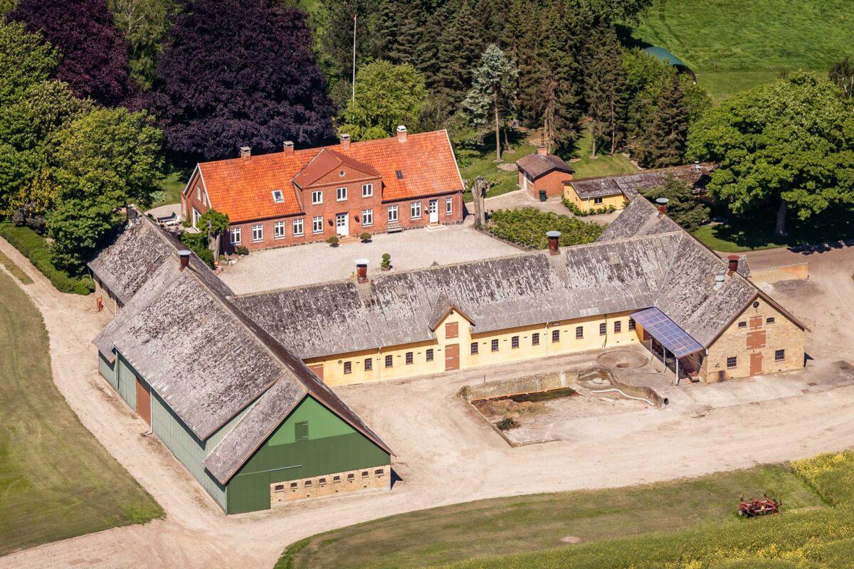 Et klassisk luftfoto af en bondegård