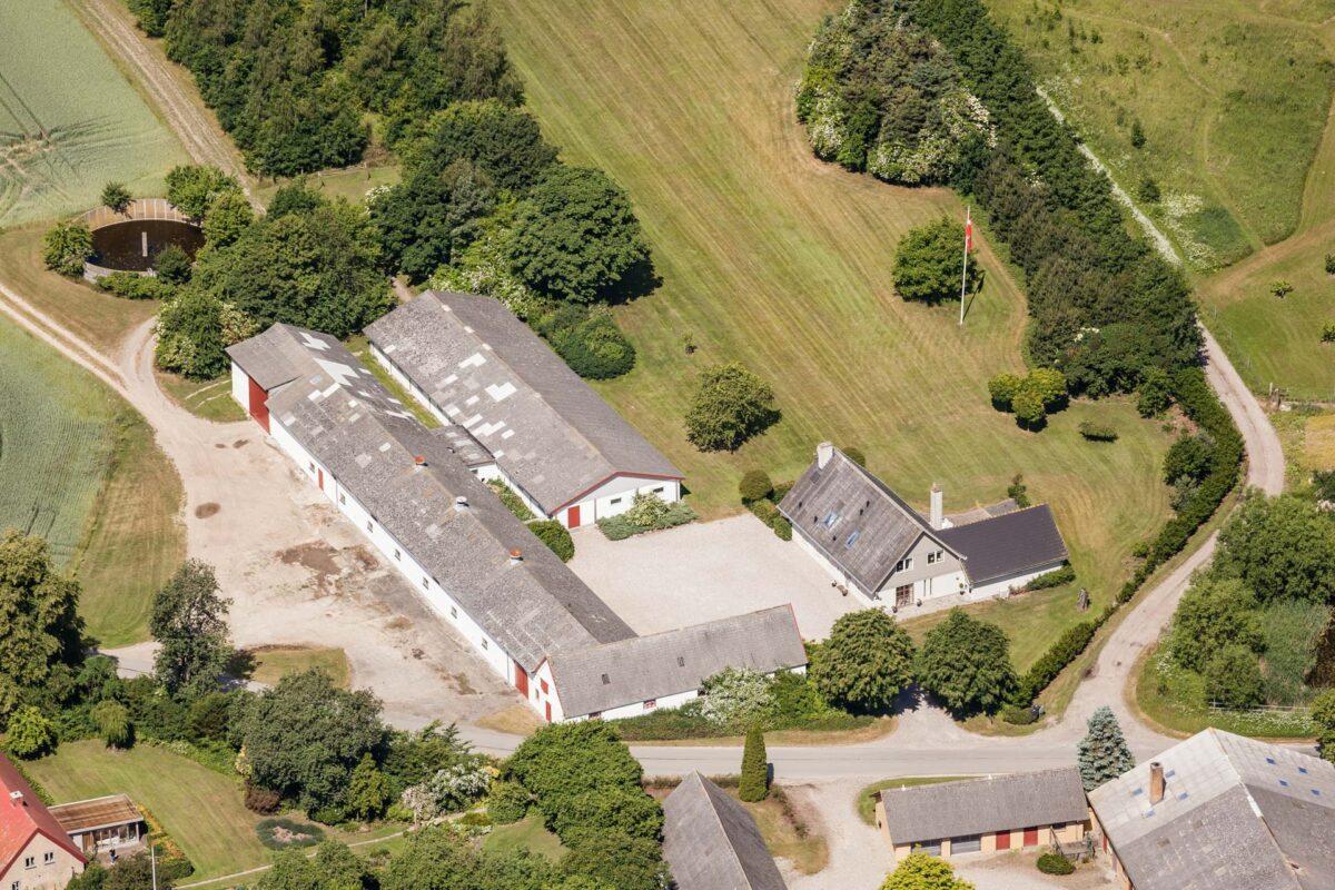 Landbrugsejendom fotograferet fra luften til brug for ejendomssalg