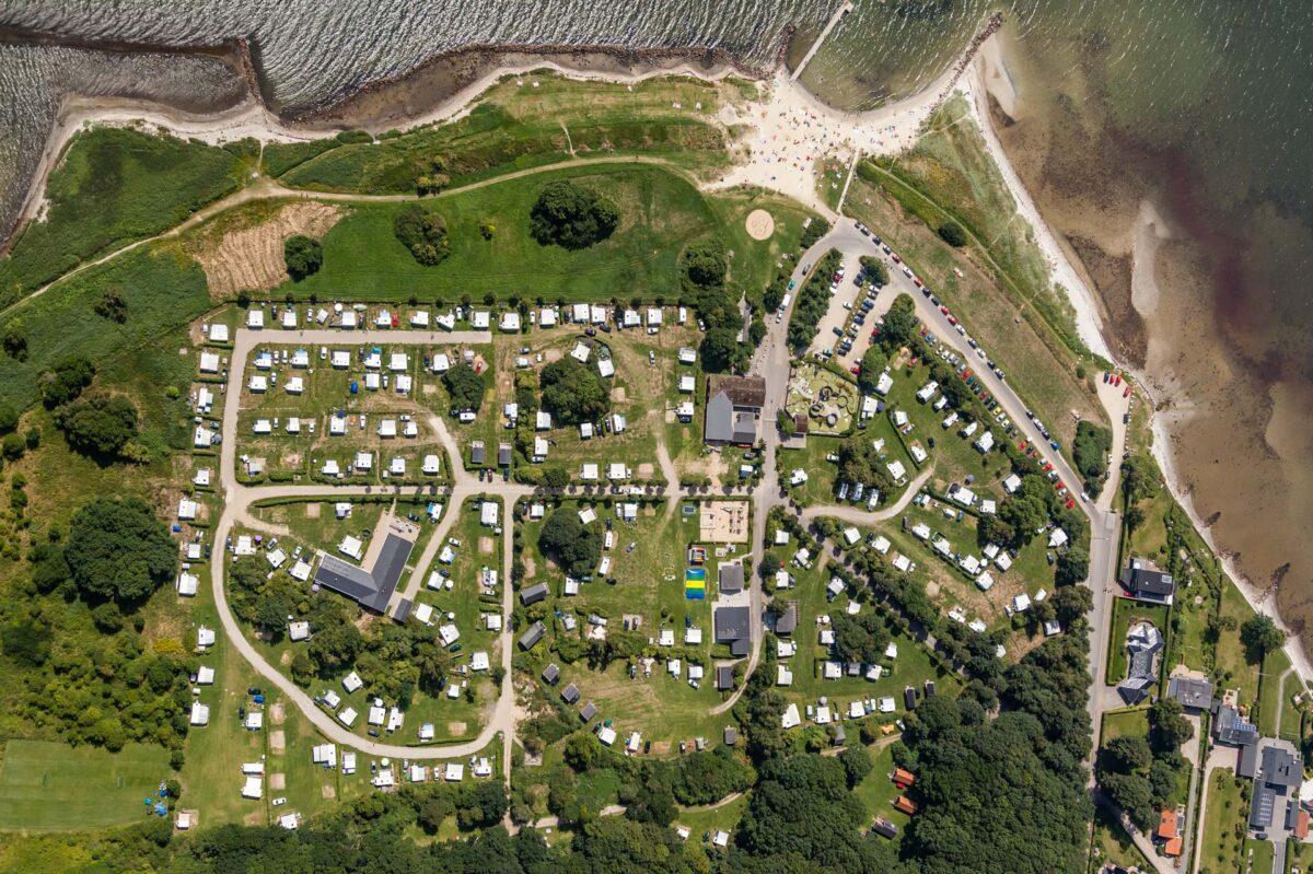 Lodfoto af en campingplads som viser pladsen lige oppe fra