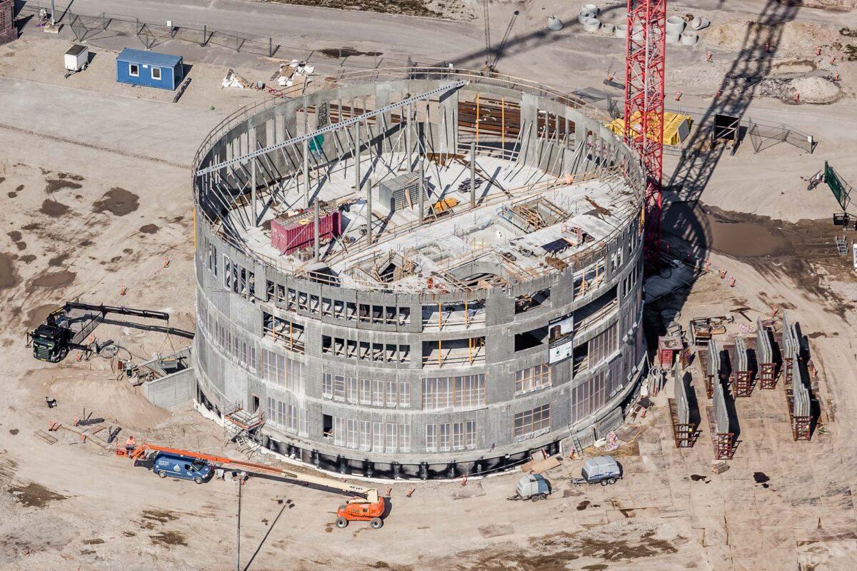 Luftfotografi af en byggeplads med mange detaljer