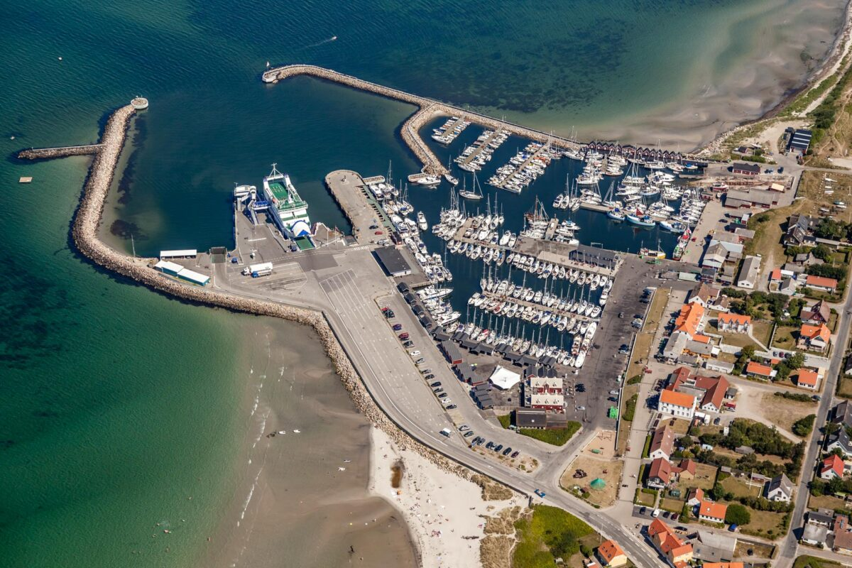 Luftfoto af havn med færge og lystbåde