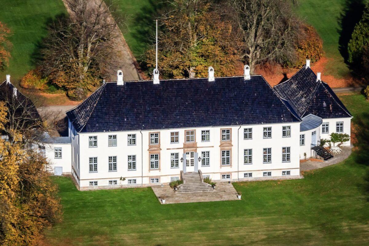 Luftfoto af liebhaverejendom til salg hos ejendomsmægler