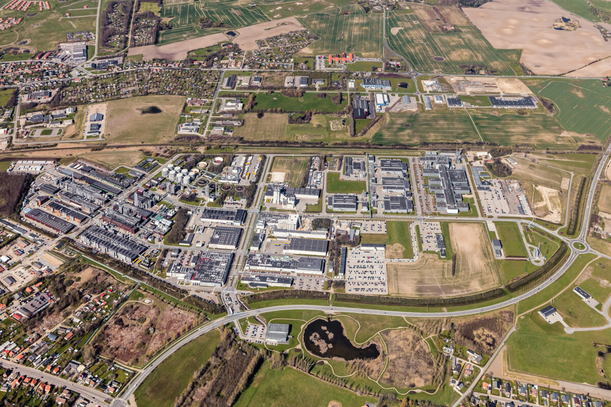 Luftfotografi af en stor virksomhed