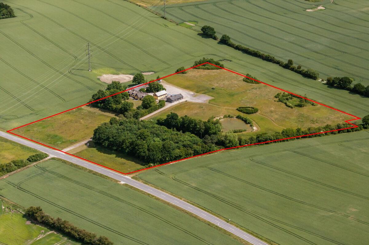 Luftfoto af landejendom med matrikelkort til brug for ejendomssalg