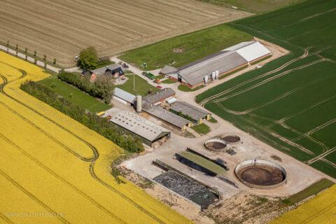 Luftfotografi af et større landbrug i Danmark