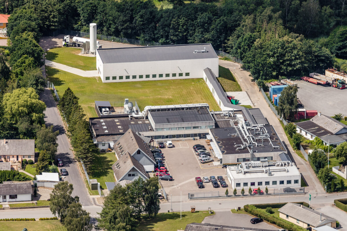 Luftfotografi af en mindre industrivirksomhed