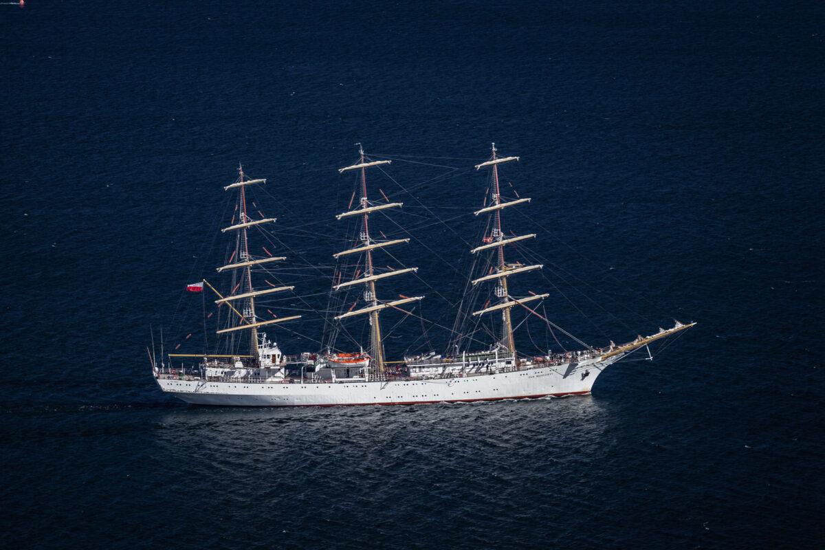 Luftfotografi af et tremastet sejlskib på det åbne hav