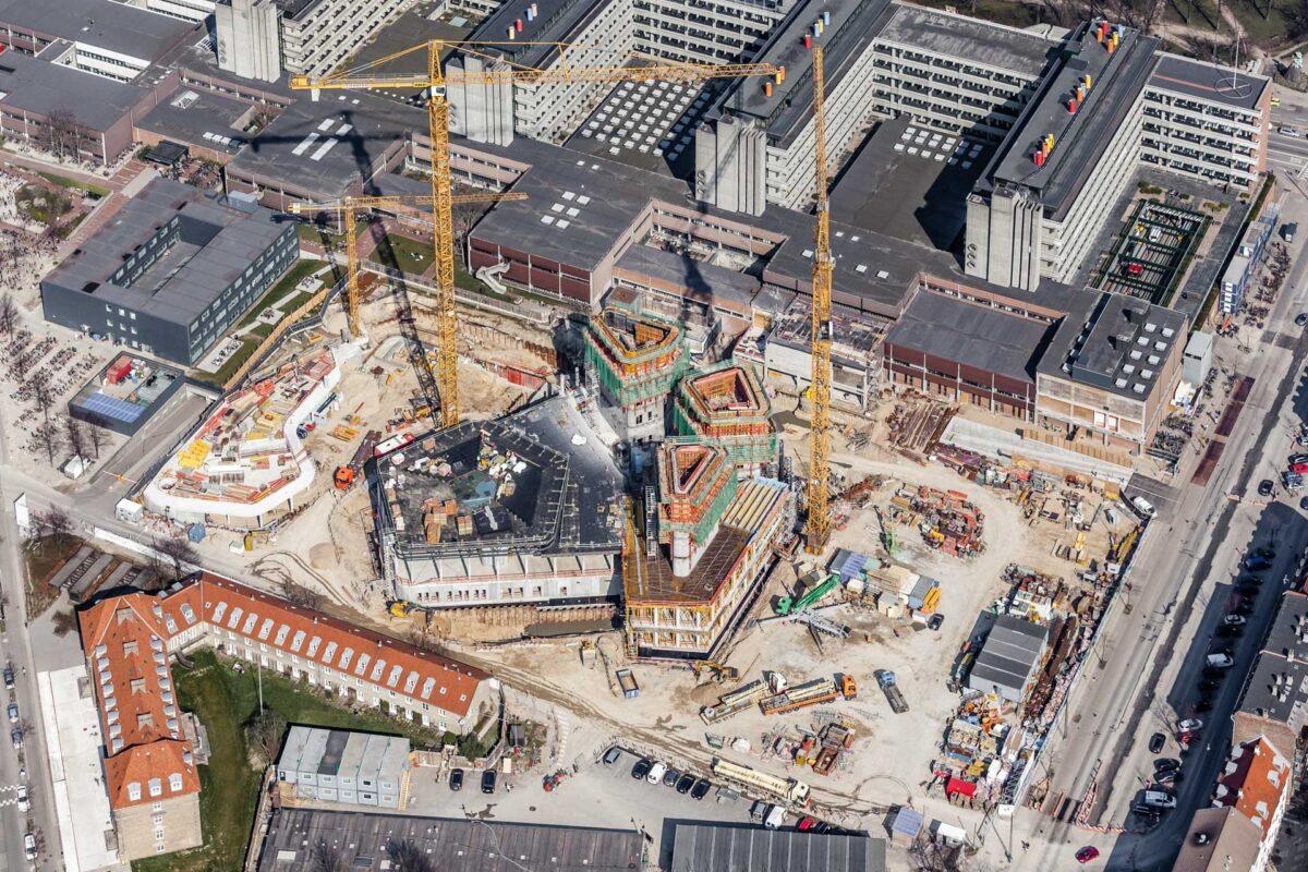 Luftfotografi af en stor byggeplads med kraner