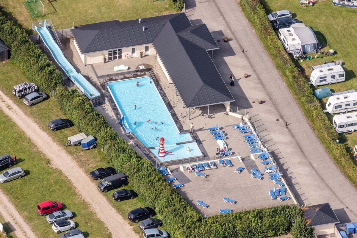 Luftfotografi af swimmingpool på en campingplads